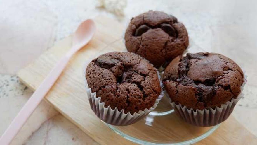 Las magdalenas de chocolate más saludables y esponjosas: no llevan azúcar y se hacen en 20 minutos