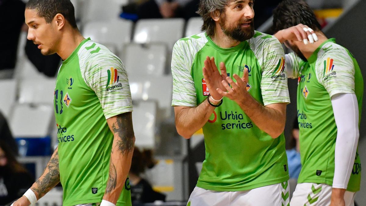 Abel Bernal anima a sus compañeros durante un partido.