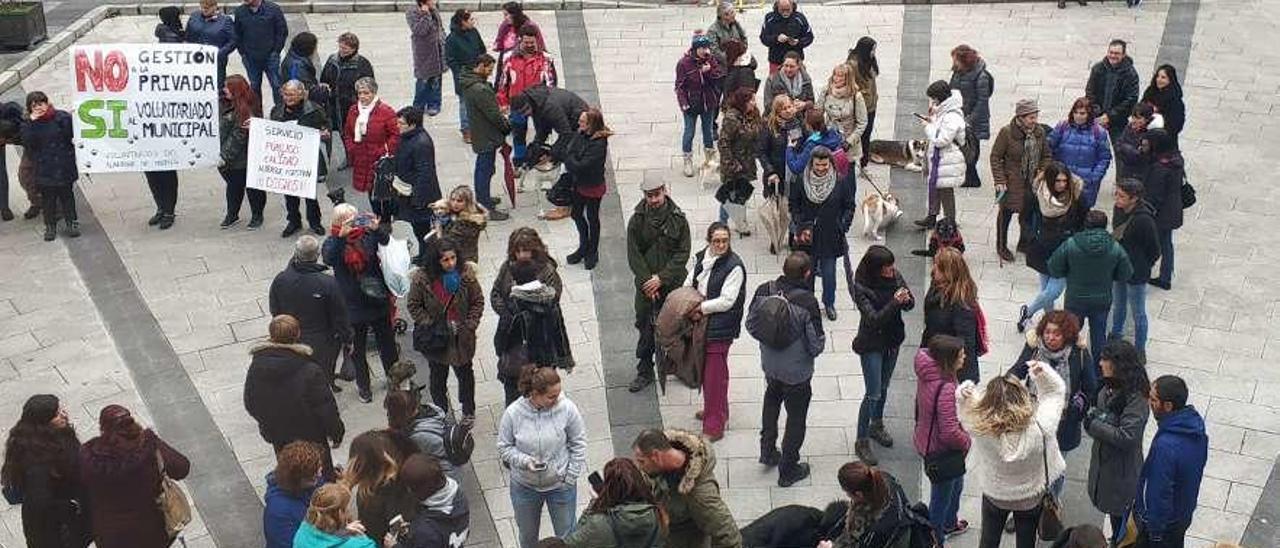 Asistentes a la concentración delante del Ayuntamiento de Mieres.