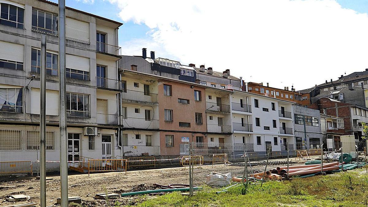 El Concello rehabilitó uno de los bloques de las viejas casas de maestros del Rivero. |   // BERNABÉ/JAVIER LALÍN
