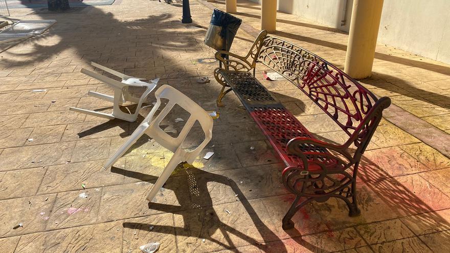 Unos vándalos destrozan parte del mobiliario urbano en la Llosa de Ranes
