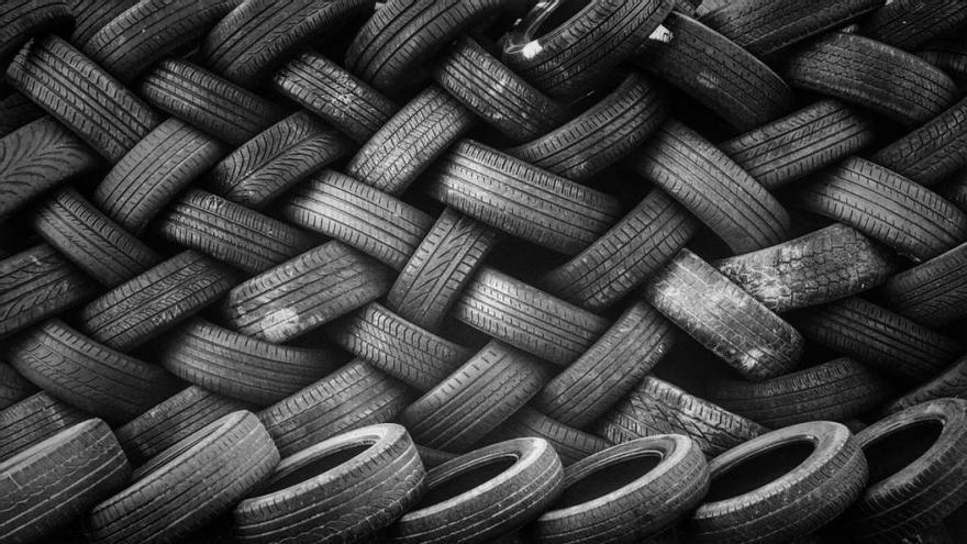 ¿Por qué los neumáticos de los coches son negros?