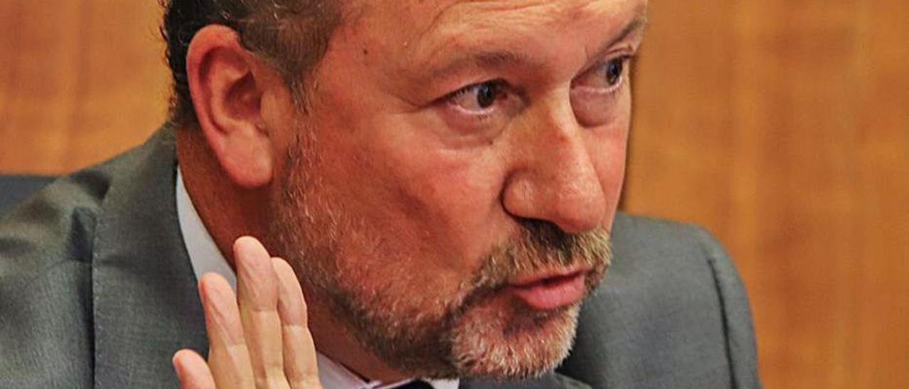 Emilio Bascuñana, que tuvo que usar su voto de calidad.