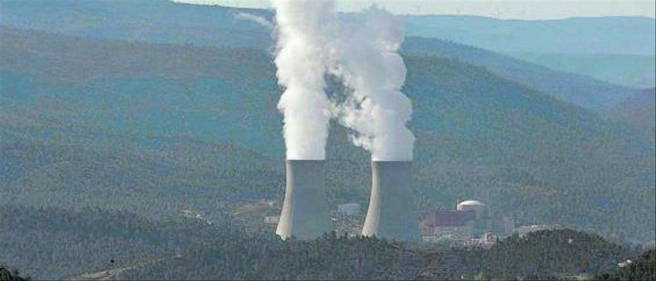 Torres de refrigeración de la central nuclear de Cofrentes.  