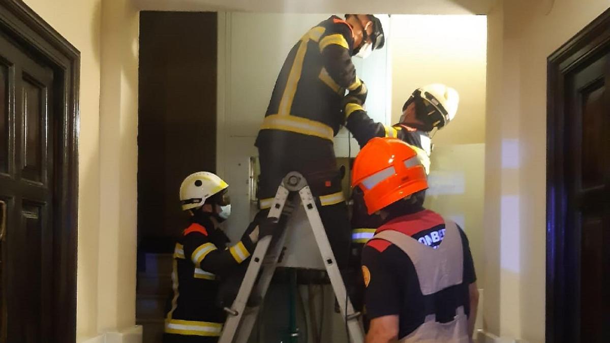 Bomberos durante el rescate de las tres ocupantes.