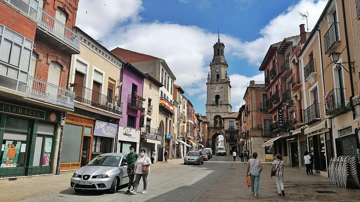 Vecinos  pasean y realizan compras en los negocios implantados en la Puerta del Mercado. | M. J. C.