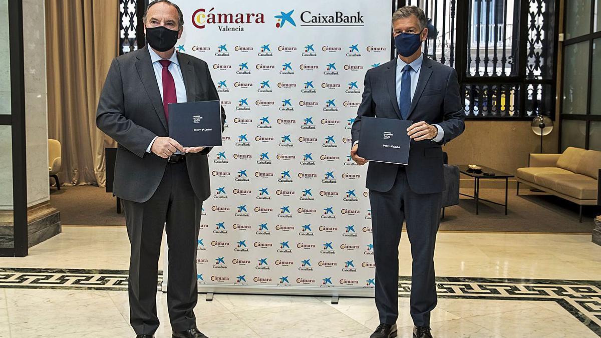 José Vicente Morata y Xicu Costa durante la firma del convenio de colaboración.   LEVANTE-EMV