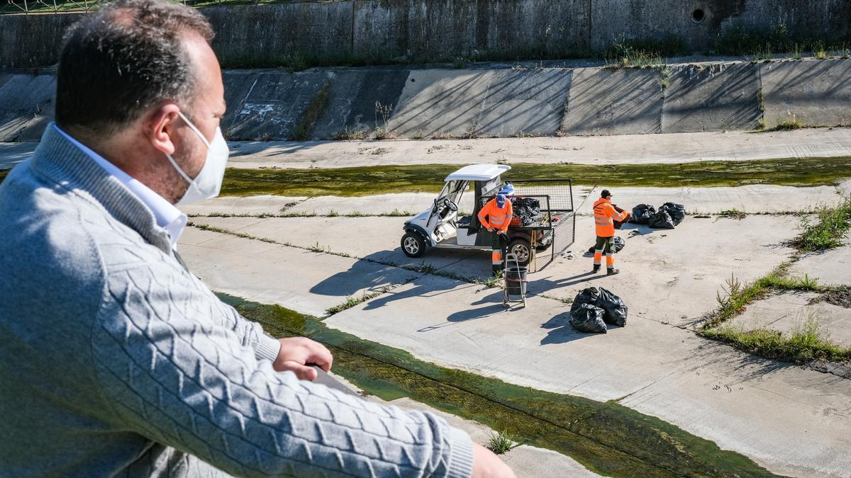 El concejal Jesús Coslado supervisa los trabajos de limpieza del cauce de los arroyos, ayer en el tramo próximo al puente de la BA-20.