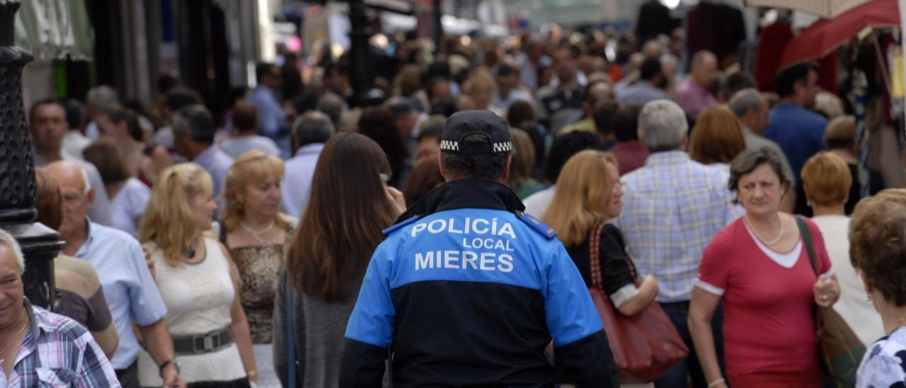 Un agente de Policía Local, patrullando por Mieres.