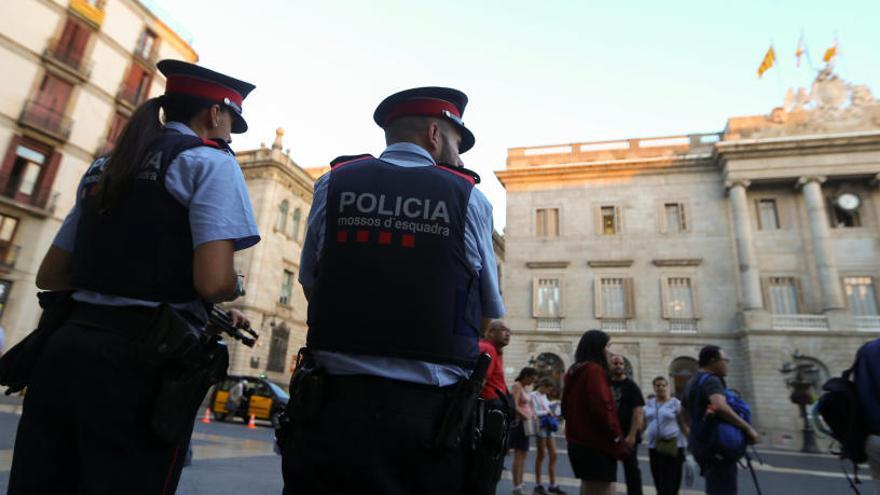 Dos Mossos hacen guardia en Barcelona.