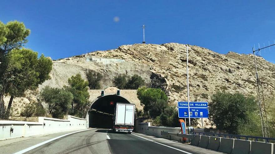 El túnel de Villena aumenta el peligro de la A-31 al generar largas colas en días festivos
