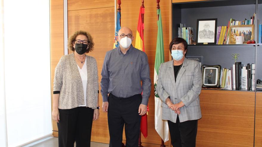 Las presidentas del PSPV respaldan con una visita a la alcaldía al alcalde de San Vicente