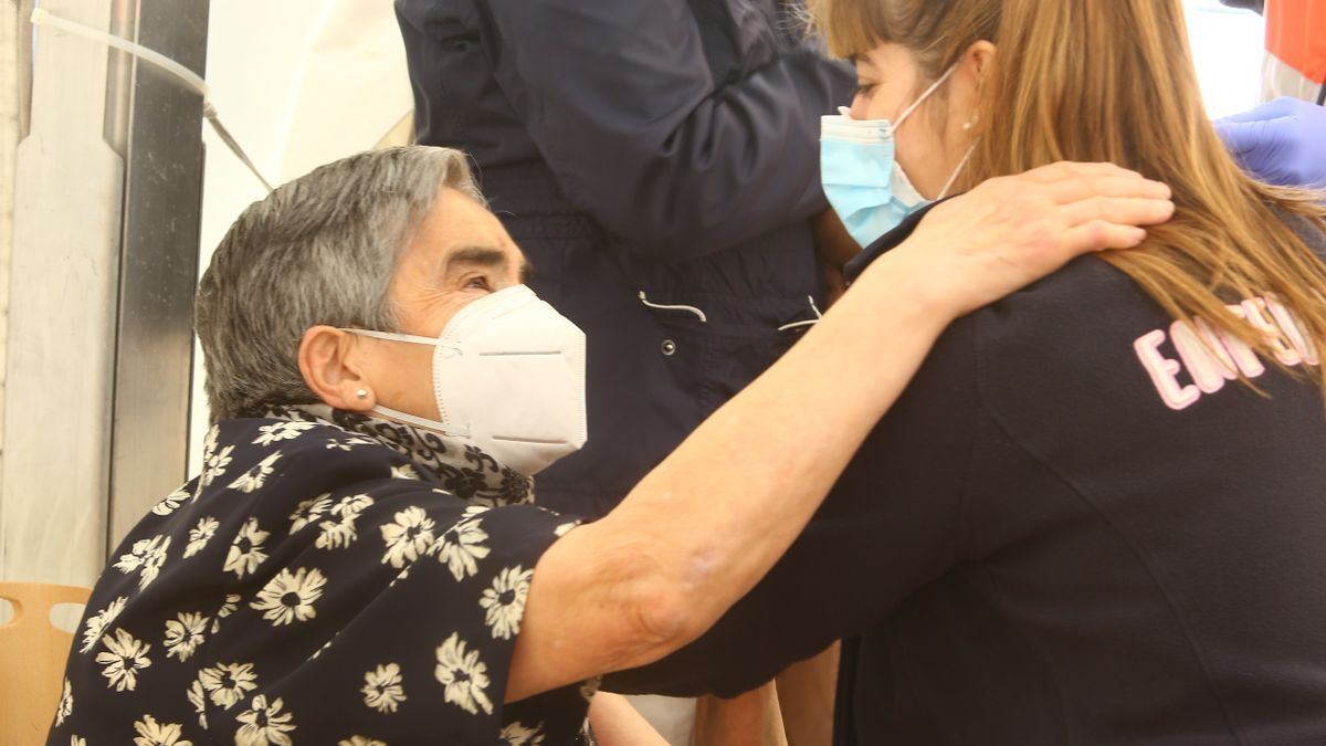 Una mujer recibe una vacuna contra el COVID en el hospital del Bierzo de Ponferrada.