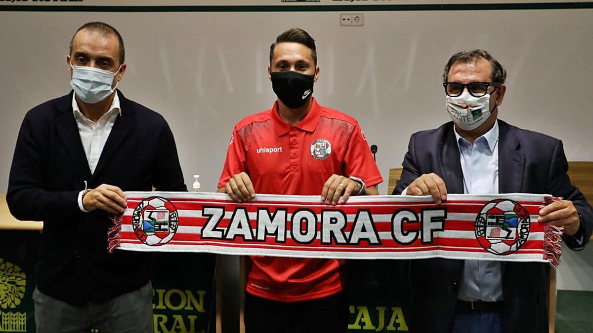Omar Monterde es presentado por César Villafañe (izquierda) y Narciso Prieto (derecha). | Nico Rodríguez