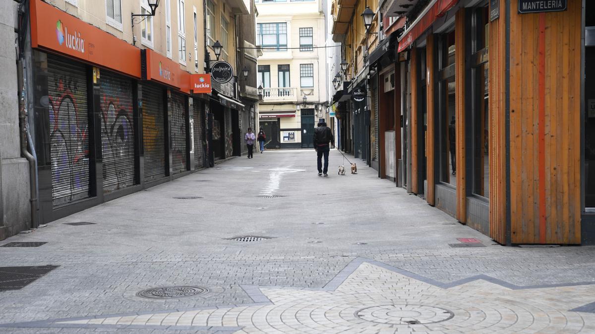 Calles vacías y establecimientos cerrados en A Coruña.