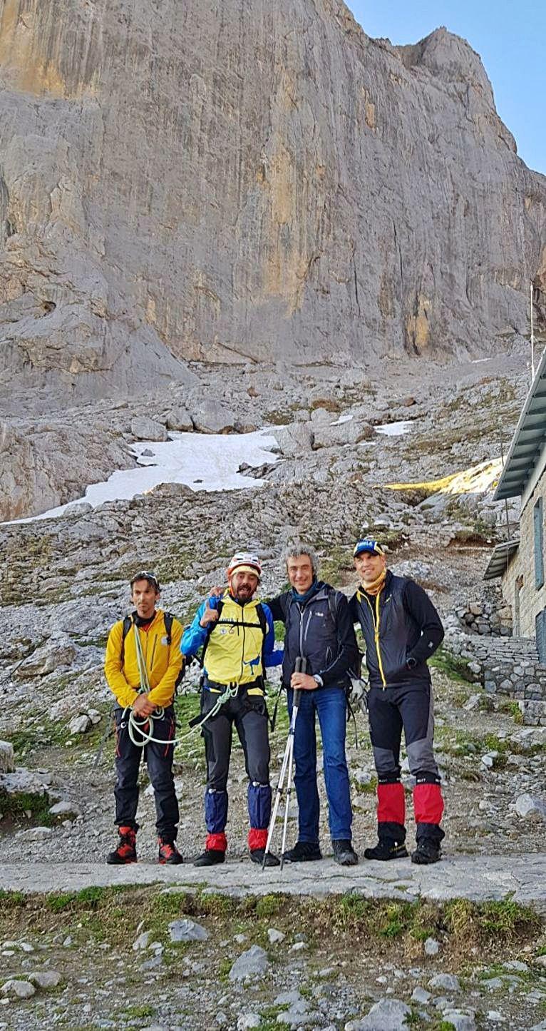 Antes del ascenso   Roldán, con otros montañeros.