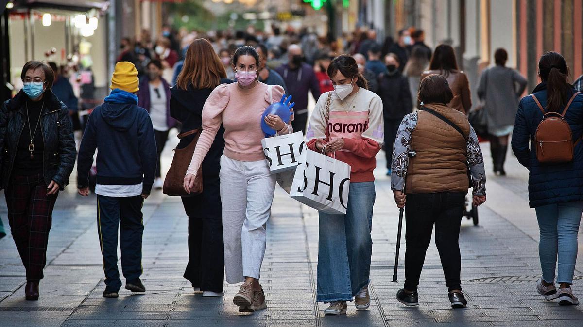 Dos mujeres pasean entre la multitud en la Calle Castillo en Santa Cruz de Tenerife.