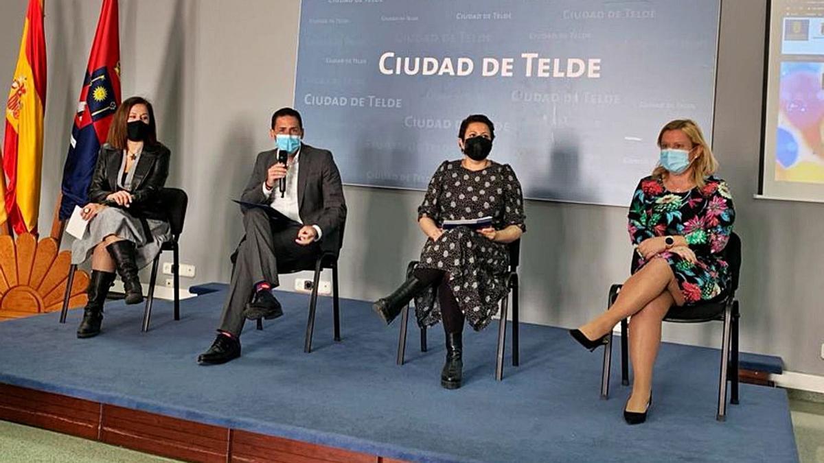 El alcalde, Héctor Suárez, junto a la edil Lidia Mejías, la consejera Minerva Alonso, y Mónica Muñoz, de la zona comercial.     LP/DLP