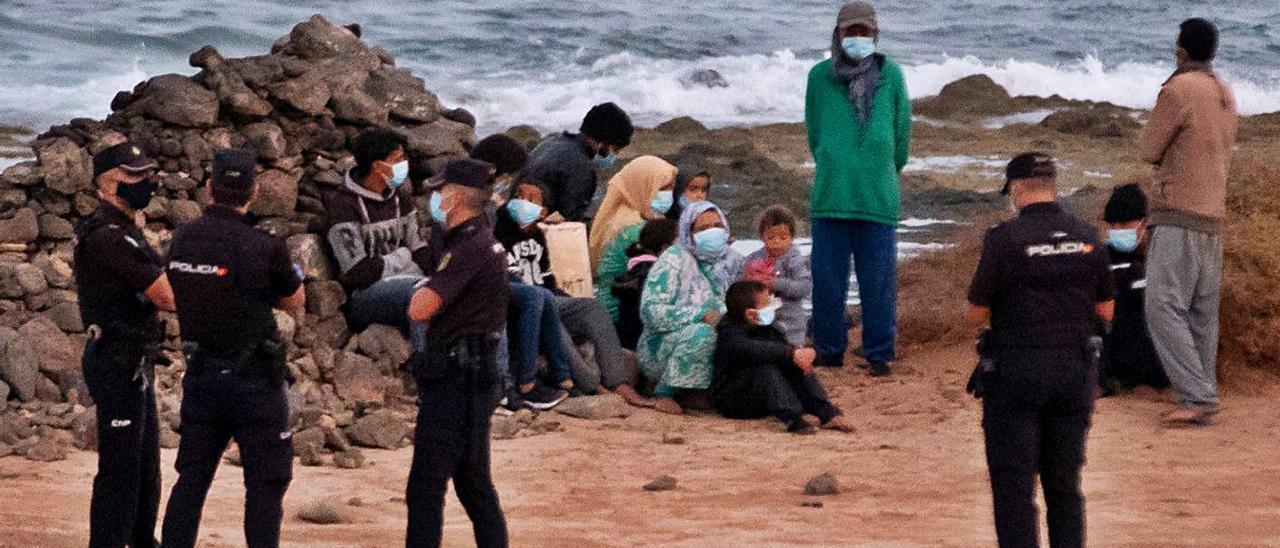 Detención de los 13 ocupantes de la patera legada ayer a La Hondura, en Fuerteventura, con siete menores.