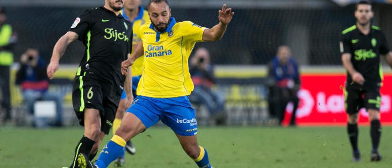 El Zhar, goleador en la tarde de ayer, intenta cortar un pase de Sergio Álvarez, mediocentro del Sporting.