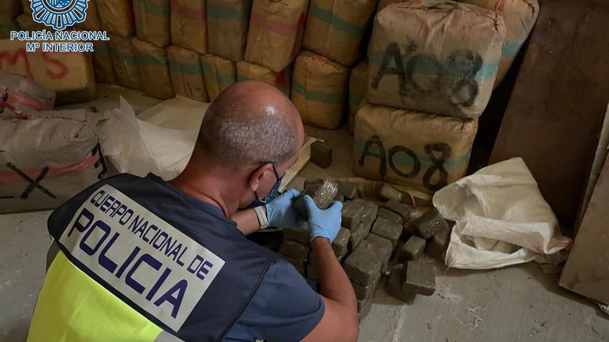 Golpe al narcotráfico: a prisión un joven con más de mil kilos de hachís en una nave en Sevilla