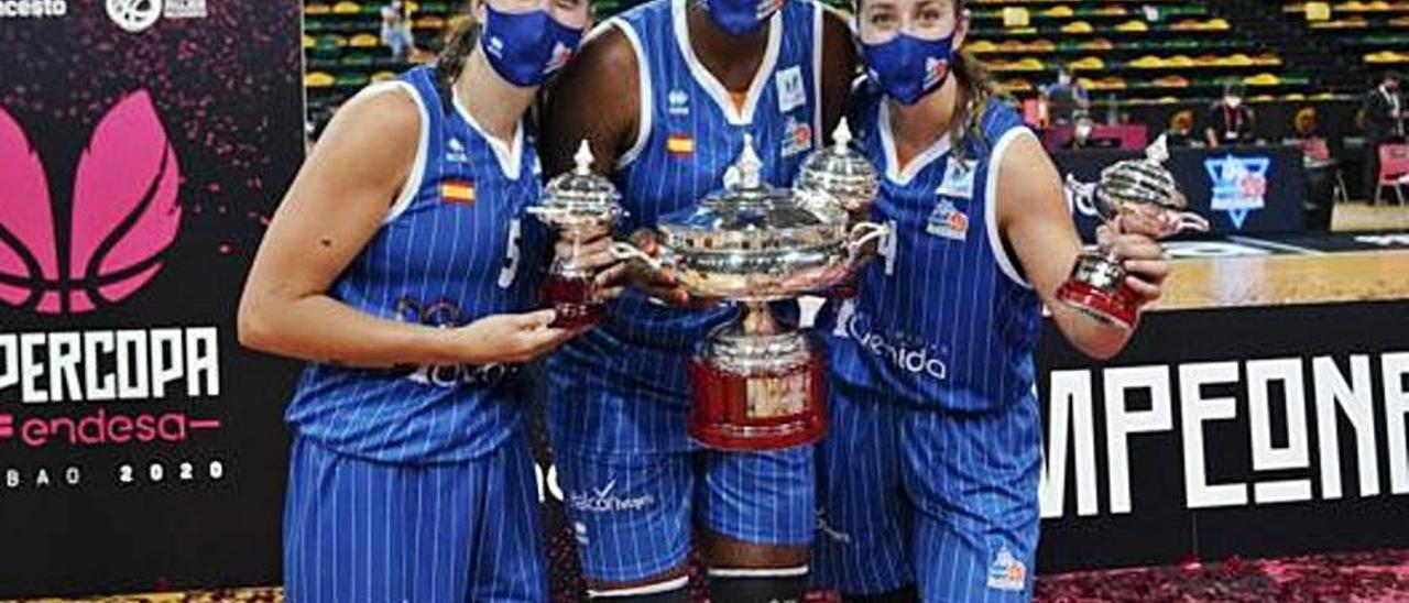 De izquierda a derecha, Maite, Umi y Leonor con el trofeo de la Supercopa.     LP/DLP