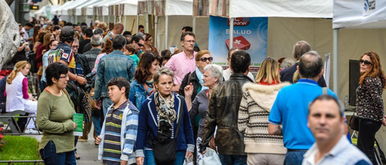 Público paseando por los stands de la Feria de la Salud y el Bienestar, ayer en las ramblas de Mesa y López.