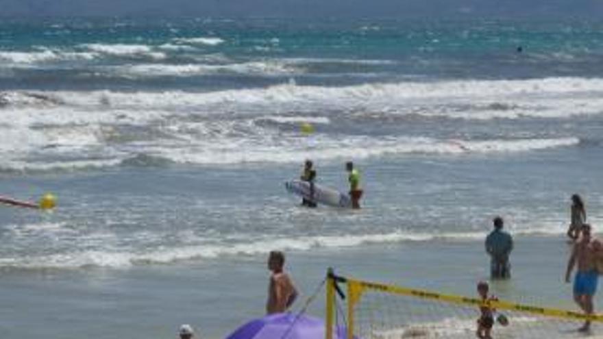 Surferin legt sich mit Rettungsschwimmern an der Playa de Muro an
