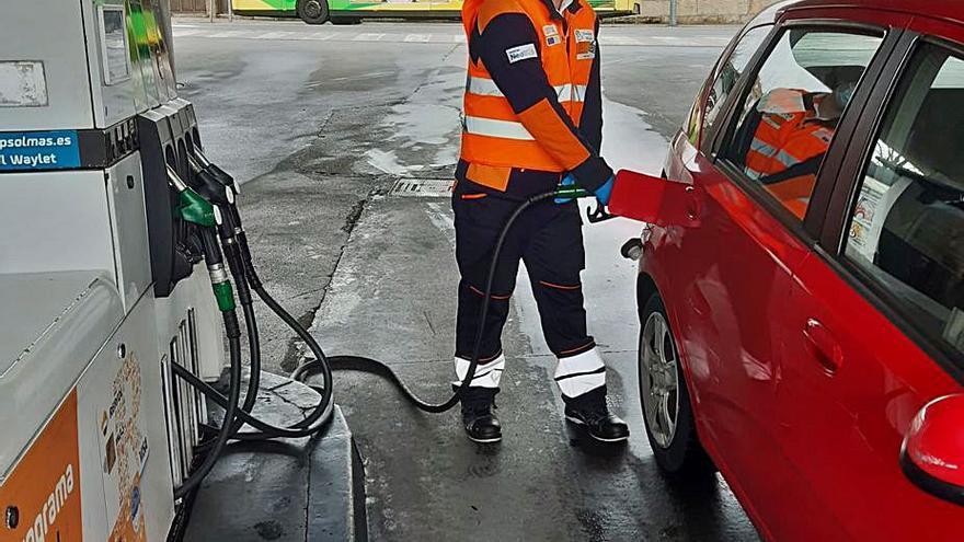 Llenar el depósito del coche en Galicia, mucho más prohibitivo ahora que en enero