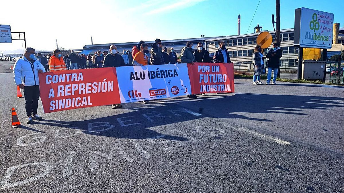 Trabajadores de Alu Ibérica en una protesta a las puertas de la fábrica de aluminio de A Grela.     // L.O.