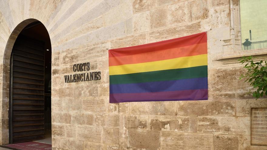 Las Cortes cuelga en su fachada la bandera LGTBI y Vox exige que se retire