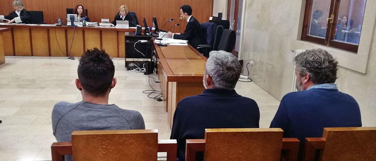 Los tres responsables de la asociación, durante el juicio en la Audiencia en 2019. | B.P.