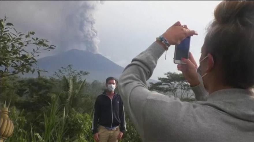 El aeropuerto de Bali reabre tras tres jornadas cerrado por el volcán Agung