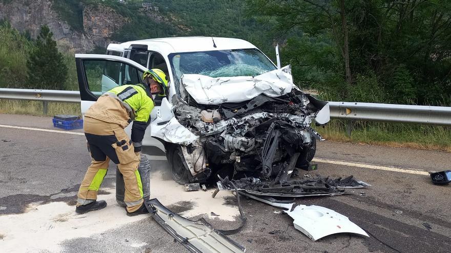 Un herido grave al chocar un coche con un autobús en el valle de Tena