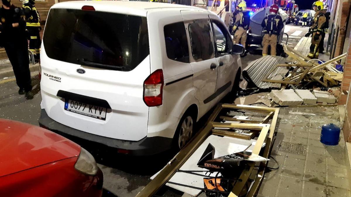 Una explosión destroza un local de albañilería y tumba un muro en Alicante
