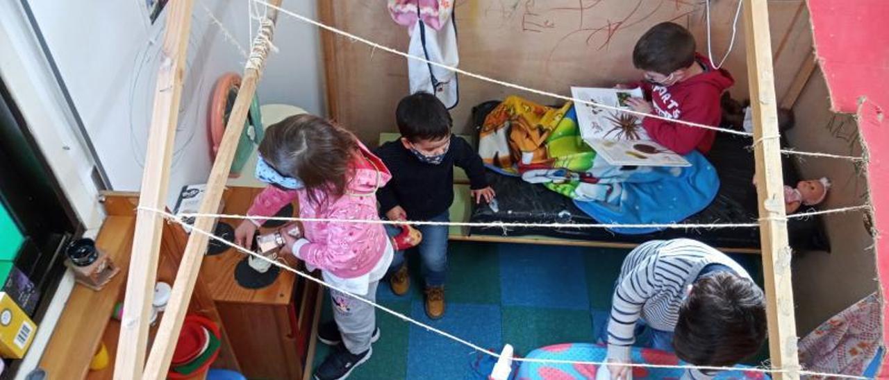 Niños en el aula del CRA Clara Torres de Pexegueiro, en Tui.  // FDV