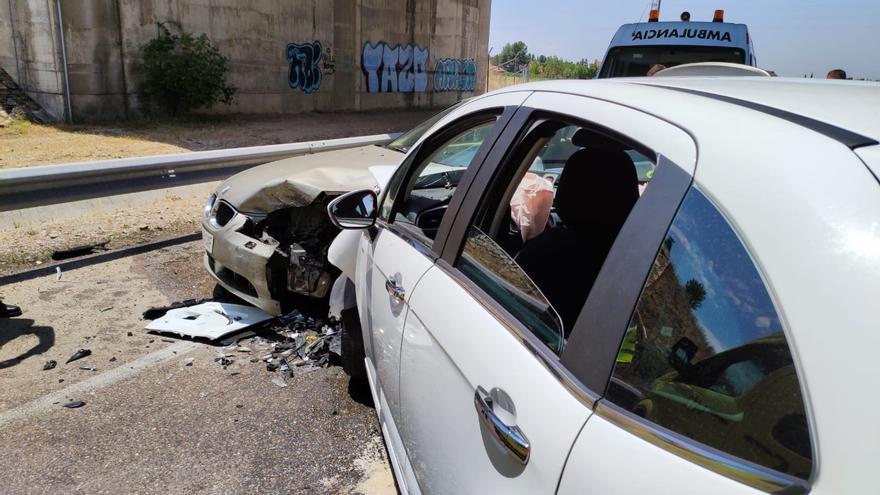 Dos heridos en Valladolid tras colisionar un turismo con otro y golpear a una ambulancia con varios pacientes