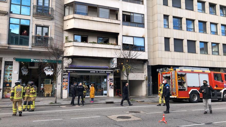 Espectacular despliegue en la Avenida de Castrelos por el incendio en un piso