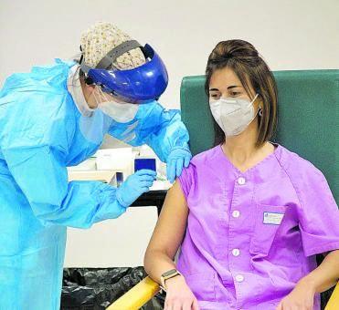 Primera trabajadora de residencia que recibió la vacuna. | Emilio Fraile