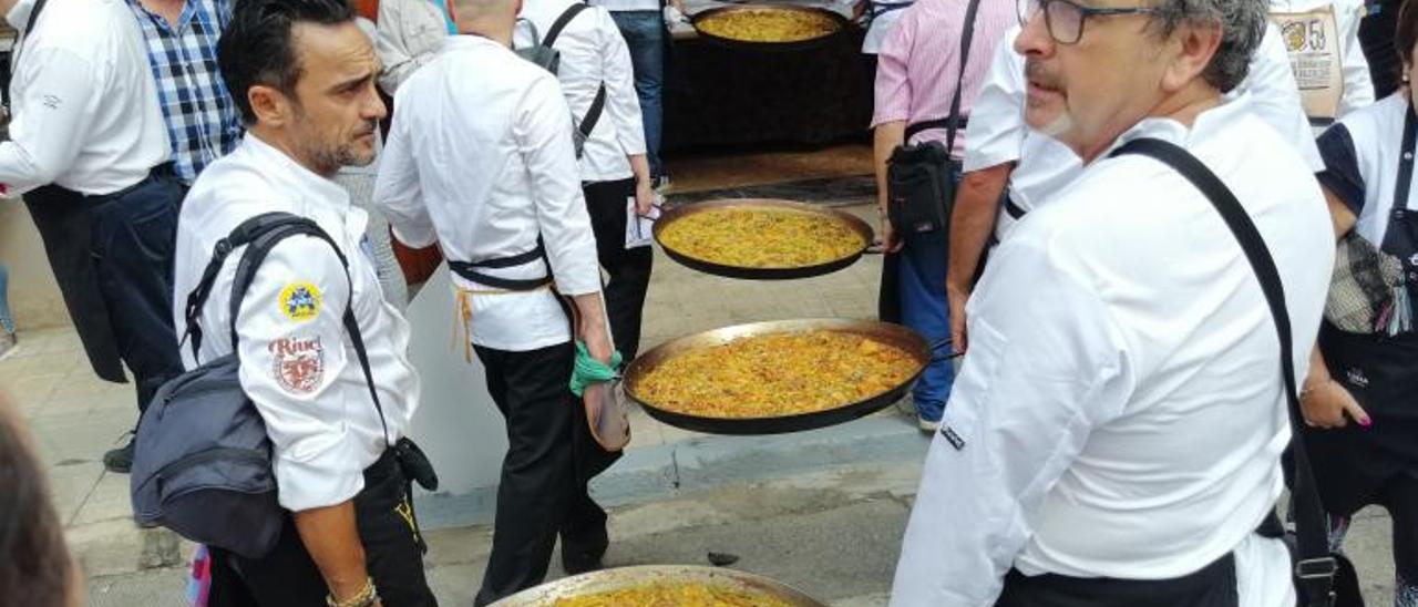 Decenas de cocineros se someten cada año al criterio del más reputado jurado en Sueca. | LEVANTE-EMV