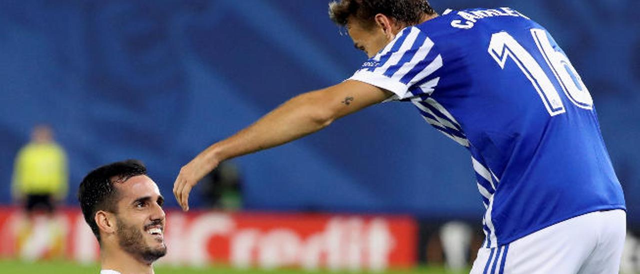 Juanmi y Canales celebran un gol de la Real Sociedad en la Liga Europa.