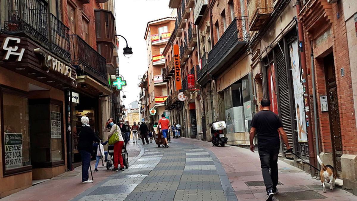 Calle La Rúa de Benavente, una de las vías principales de la ciudad. | E. P.