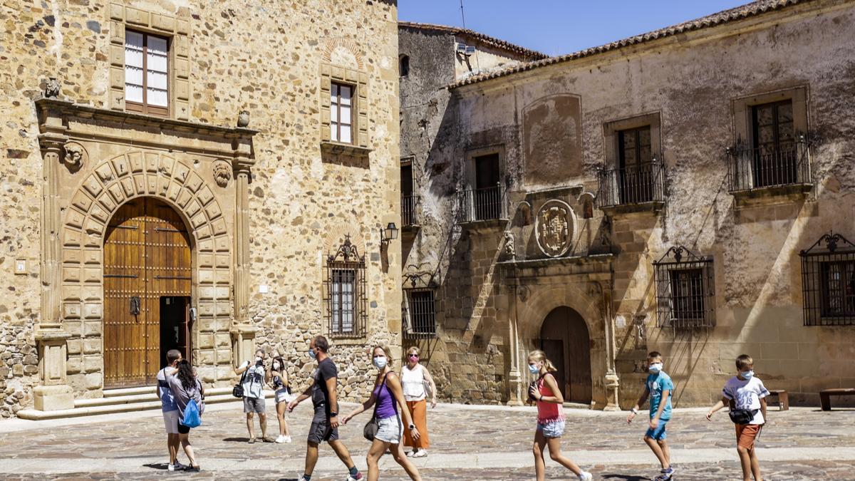 Los turistas llenan el casco histórico de Cáceres.