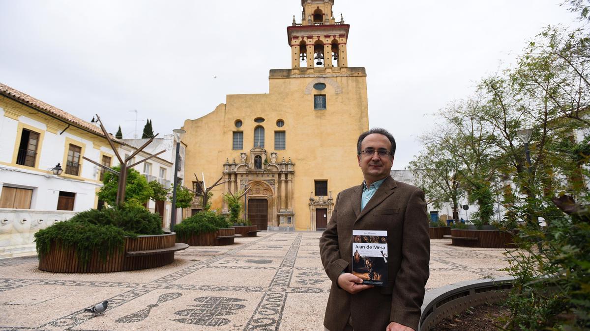 Luis Miranda, con su libro sobre Juan de Mesa, en la plaza de San Agustín, junto a la iglesia que alberga la Virgen de las Angustias.