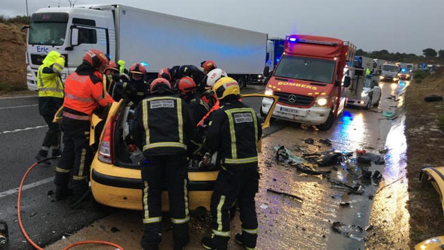 Tres muertos y dos heridos en un brutal choque entre dos coches en Vilanova d'Alcolea