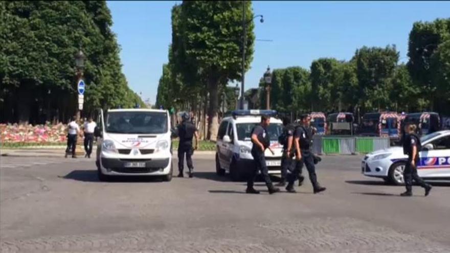 Un hombre muere tras atacar con su coche un furgón policial en los Campos Elíseos