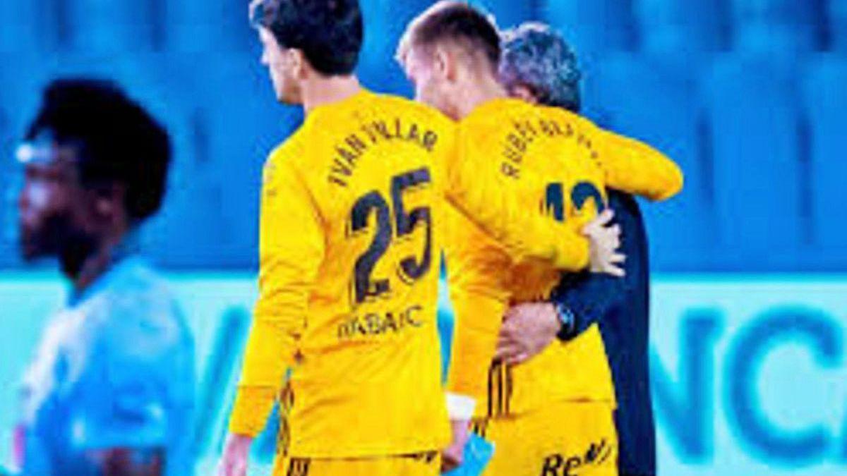 Rubén se retira del campo ayudado por Iván Villar y el doctor García Cota tras lesionarse.