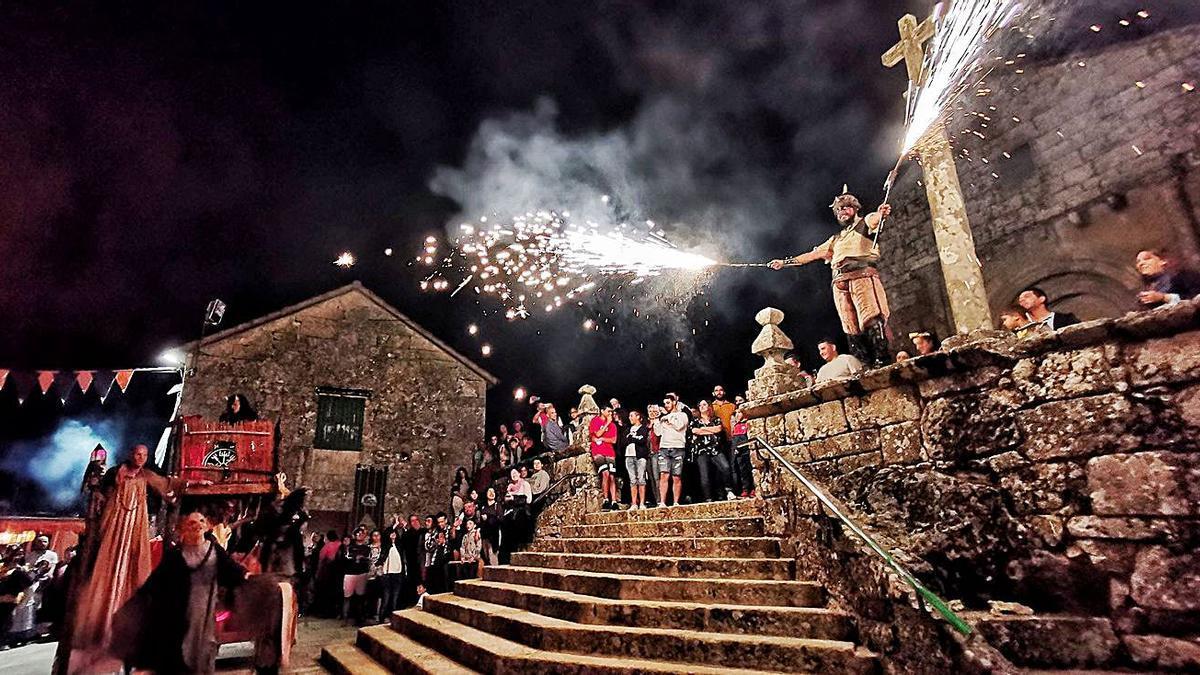 Espectáculo de fuego en una edición anterior de la fiesta Moaña Antiqua.  |  // SANTOS ÁLVAREZ