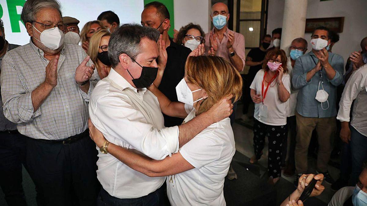 Juan Espadas y Susana Díaz se abrazan tras las primarias.