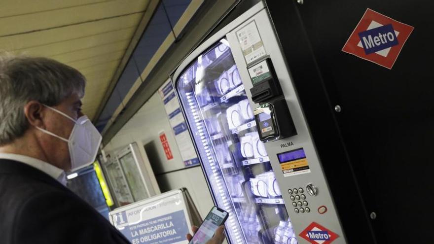 Metro de Madrid instala máquinas de venta de mascarillas e hidrogel